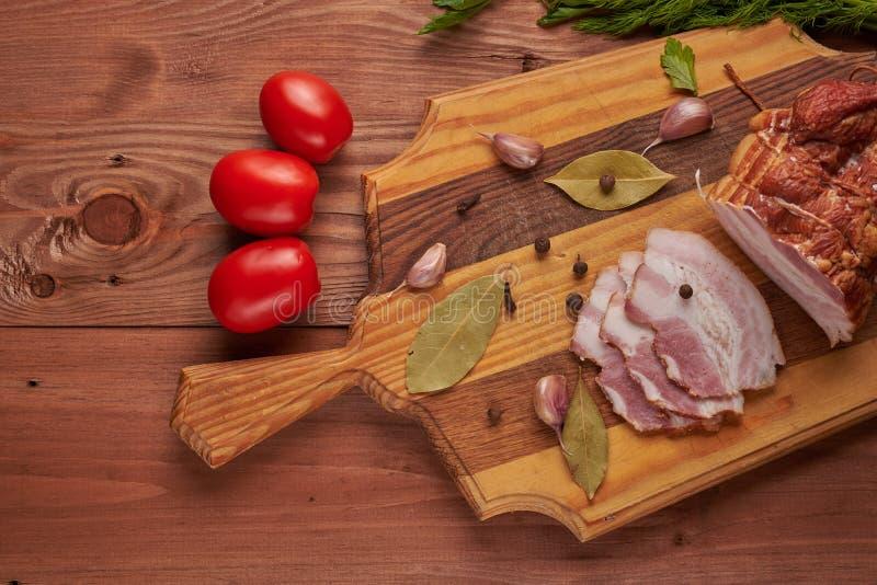 Bacon e temperos em uma tabela de madeira foto de stock