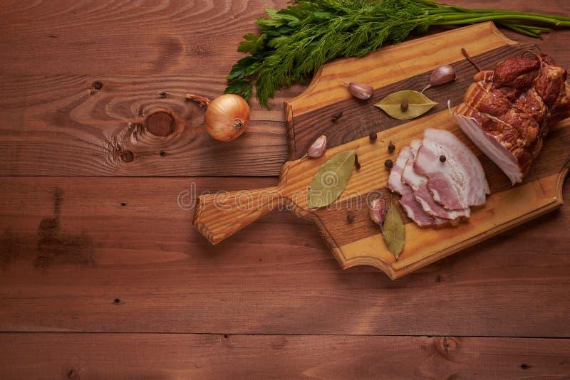 Bacon e temperos em uma tabela de madeira fotografia de stock