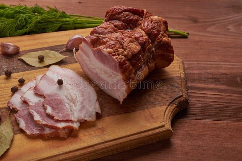 Bacon e temperos em uma tabela de madeira imagem de stock royalty free