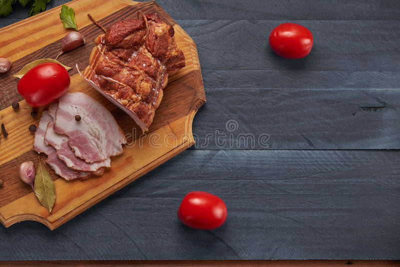 Bacon e temperos em uma tabela de madeira fotos de stock