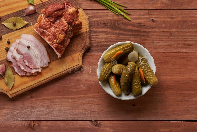 Bacon e temperos em uma tabela de madeira imagens de stock royalty free