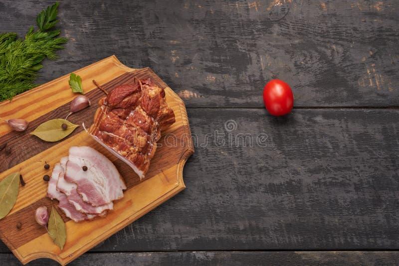 Bacon e temperos em uma tabela de madeira fotos de stock royalty free