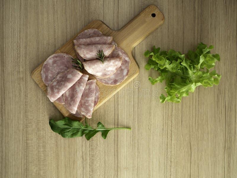 Bacon em uma placa de corte redonda foto de stock