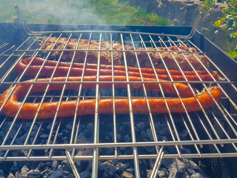 bacon en charcuterie geroosterd aan grill op een vakantie in het platteland stock foto's