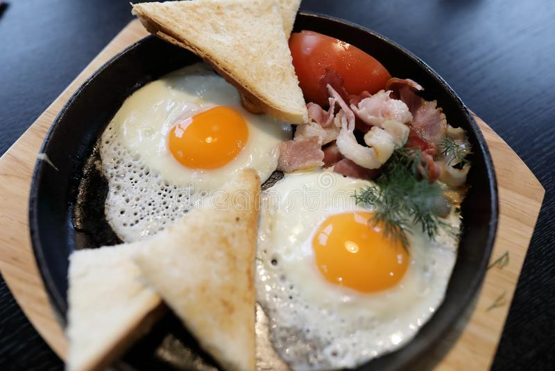 Bacon en eieren in koekepan royalty-vrije stock foto's