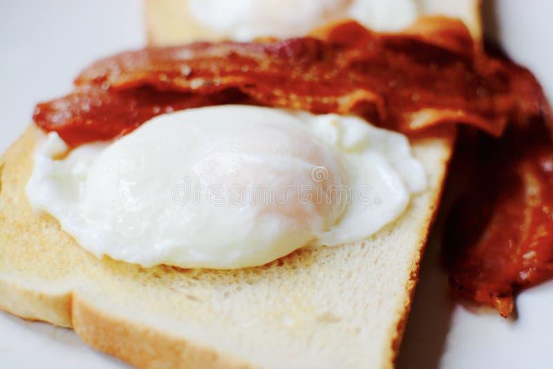 Bacon en eieren op toost stock afbeeldingen