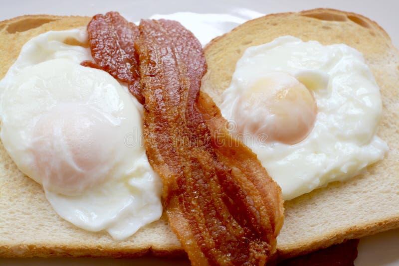 Bacon en eieren op toost royalty-vrije stock afbeelding