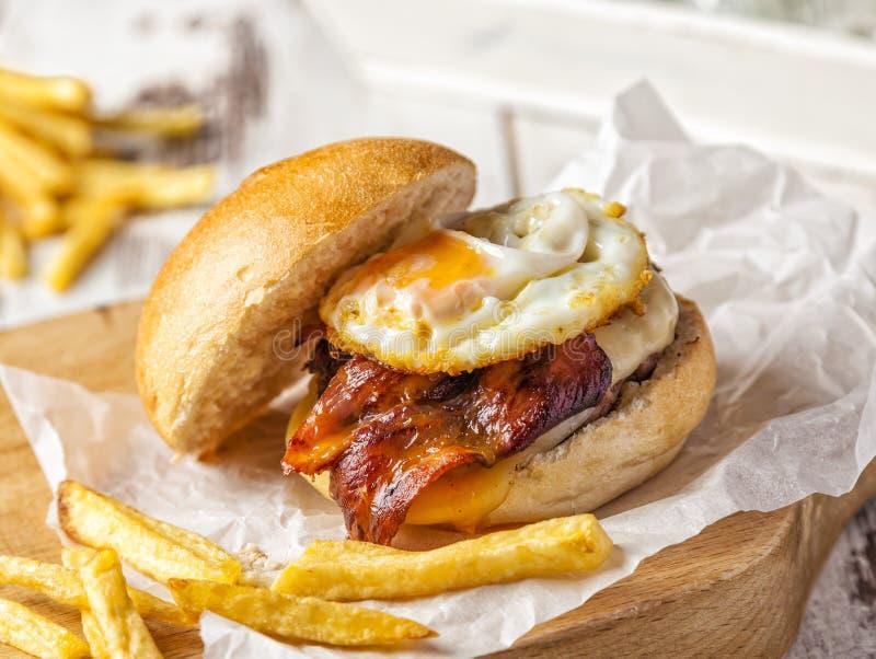 Bacon en eihamburger met eigengemaakte gebraden gerechten stock foto's