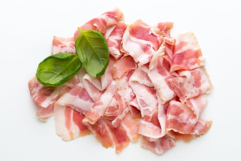 Bacon fresco sui precedenti isolati immagine stock