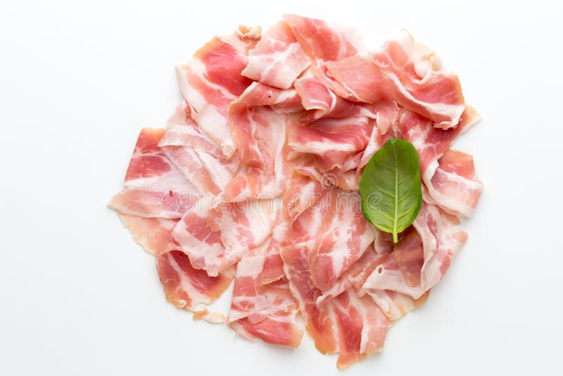 Bacon fresco sui precedenti isolati fotografia stock libera da diritti