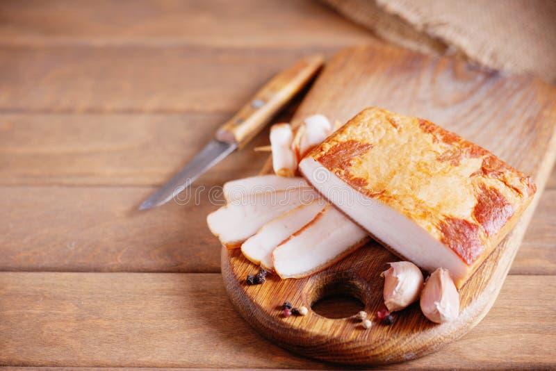 Bacon fumado e faca foto de stock