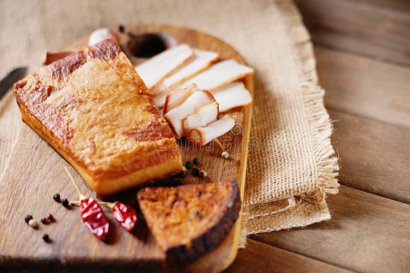 Bacon fumado, pão cortado e matéria têxtil da lona fotografia de stock royalty free
