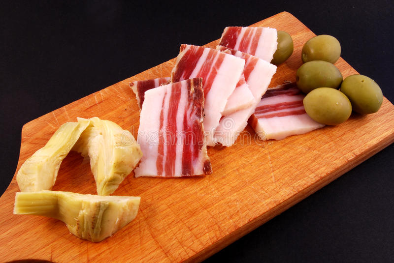 Bacon, groene olijven, artisjok royalty-vrije stock foto