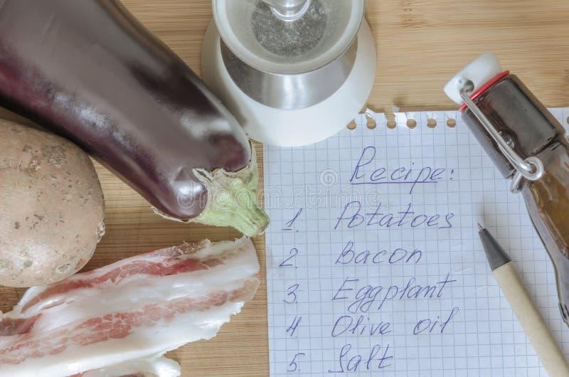 Bacon med nya aubergine och potatisar royaltyfria bilder