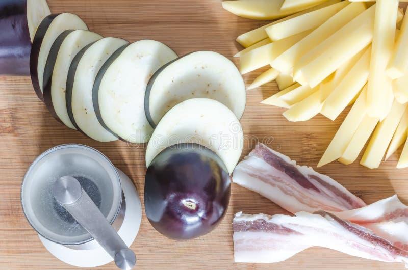 Bacon med nya aubergine och potatisar arkivfoto