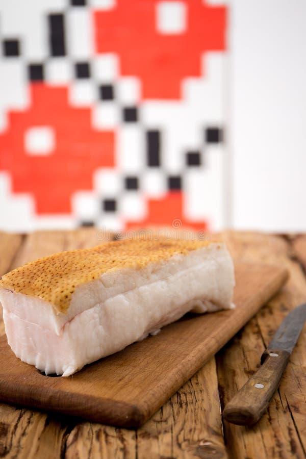 Bacon met een mes stock afbeeldingen