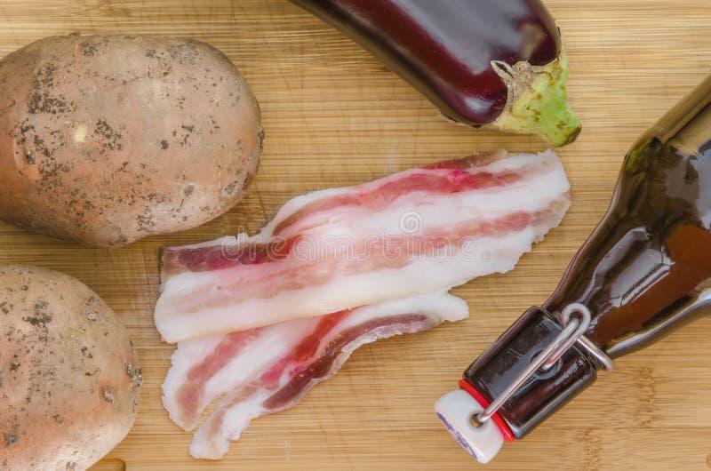Bacon met groenten en olijfolie royalty-vrije stock foto's