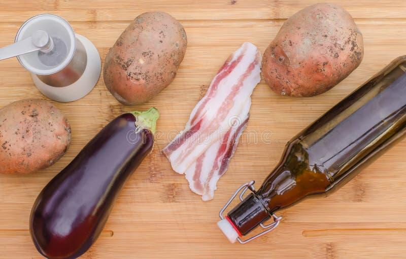 Bacon met groenten en oliv olie stock fotografie