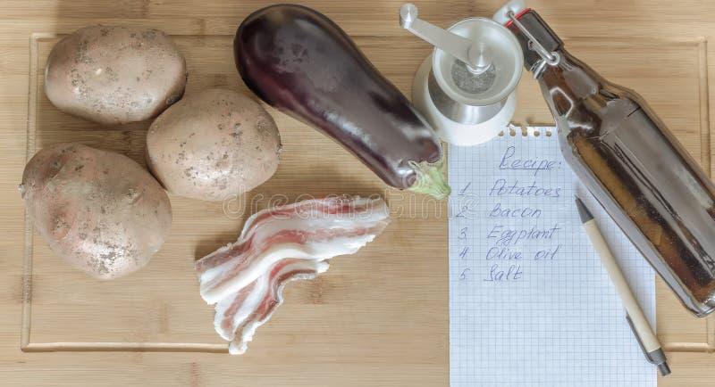 Bacon met verse aubergine en aardappels royalty-vrije stock foto
