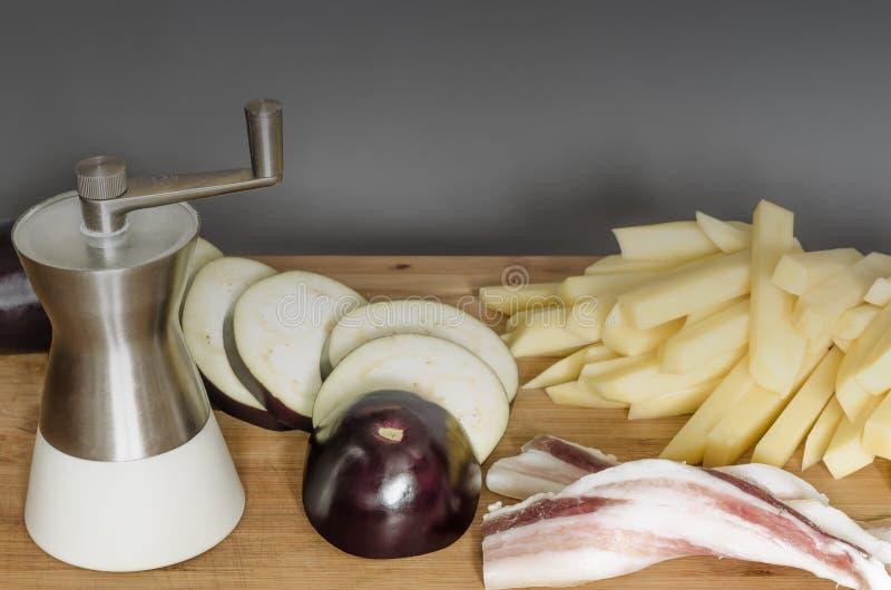 Bacon met verse aubergine en aardappels stock fotografie