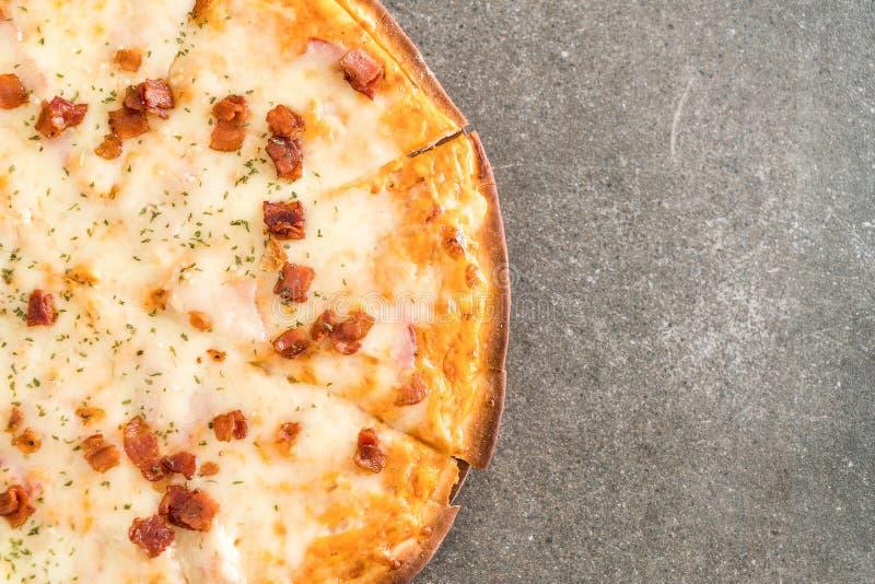 Download Bacon- och ostpizza arkivfoto. Bild av mellanmål, varmt - 106832790