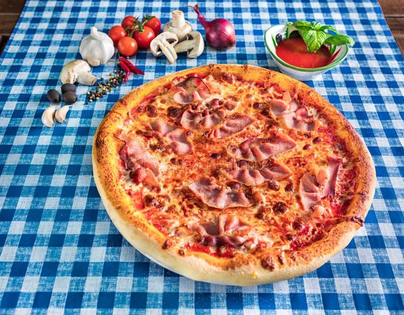 bacon- och ostpizza royaltyfri fotografi