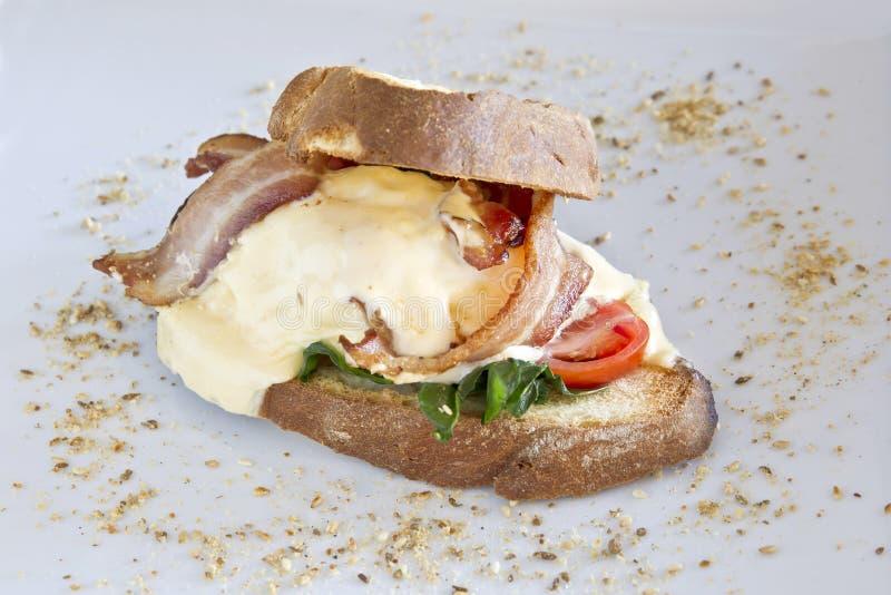 Bacon och tjuvjagad äggsmörgås arkivfoton