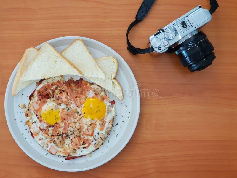 Bacon op Fried Egg met Brood stock fotografie