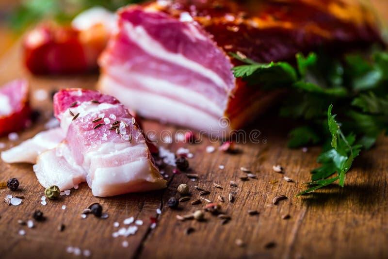 bacon Pimenta fumado e alho de sal da erva da salsa do bacon Tiro do estúdio da vida de Stll imagem de stock