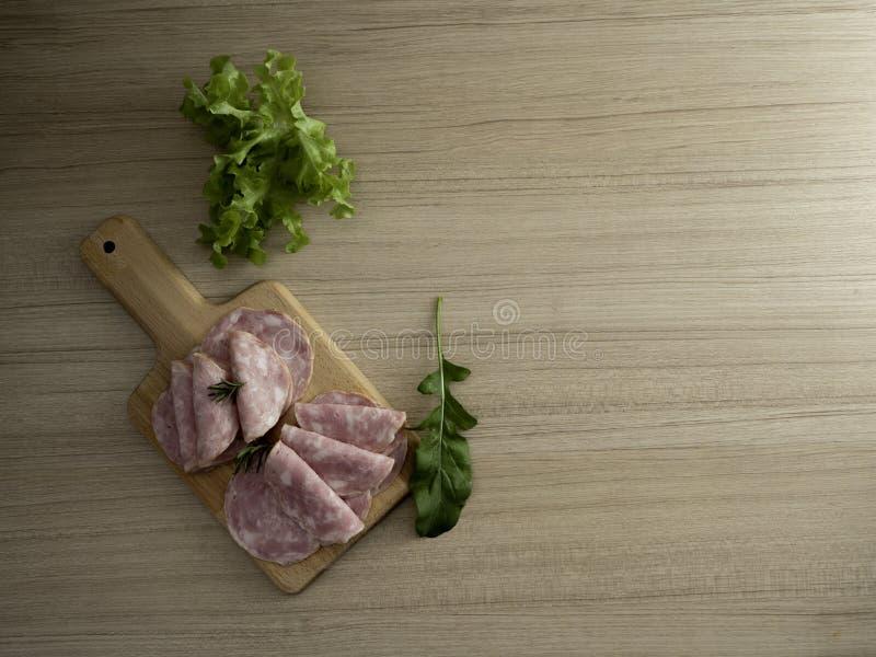 bacon skivade på en träbakgrund fotografering för bildbyråer