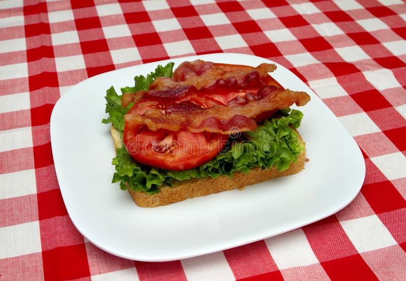 Bacon, sla en tomaat op brood stock afbeeldingen