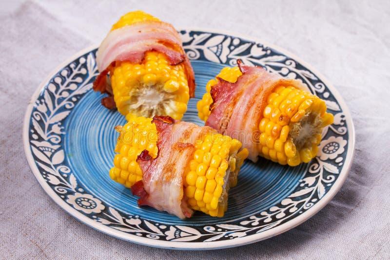 Bacon verpakt graan op blauwe plaat royalty-vrije stock foto
