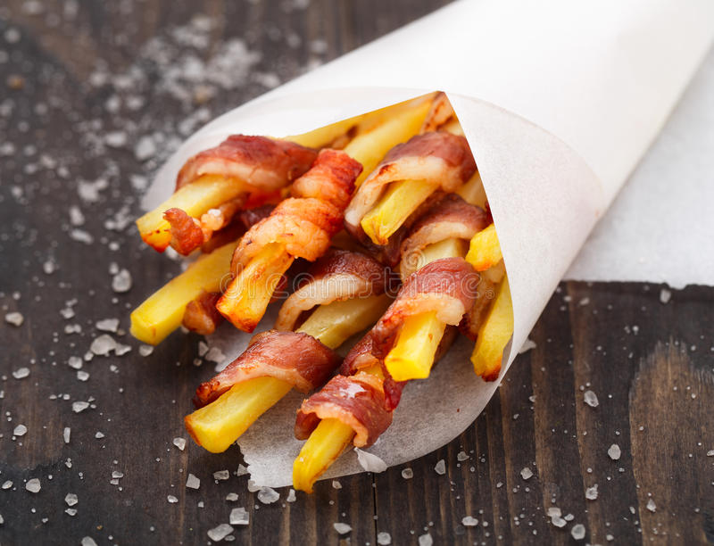 Bacon verpakte frieten stock fotografie