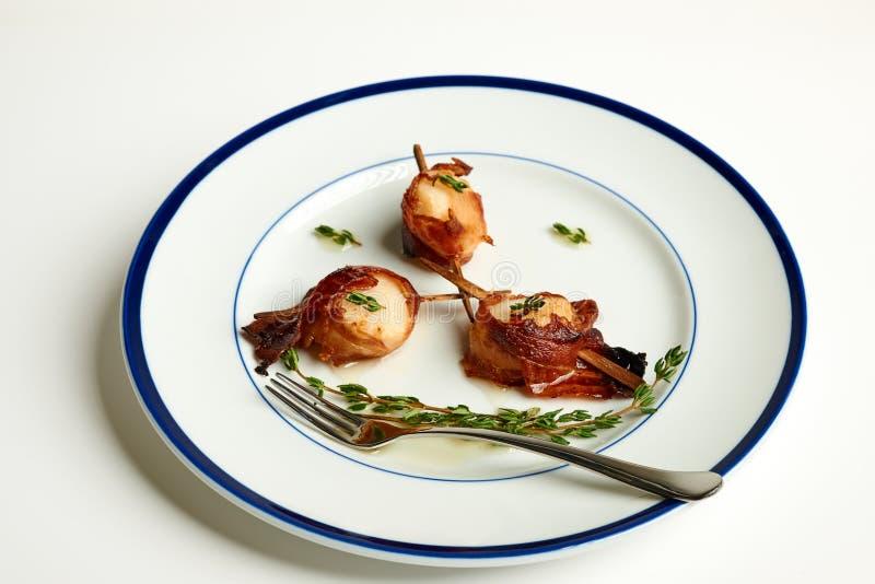 Bacon verpakte kammosselen stock fotografie