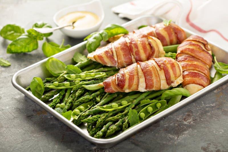 Bacon verpakte kippenborst met asperge stock fotografie