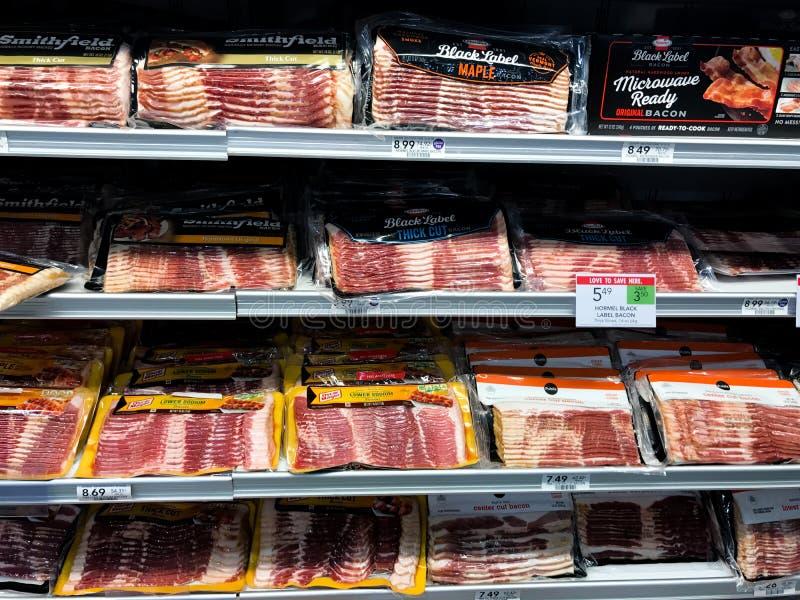 Bacon voor Verkoop bij het Vleeskoeler van de Kruidenierswinkelopslag stock foto
