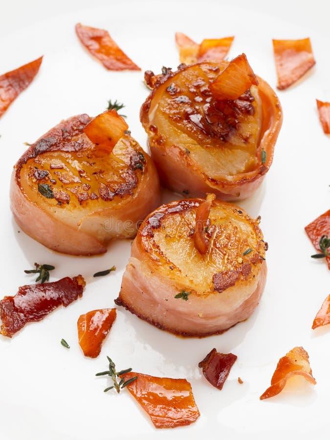 In bacon worden verpakt dat en geschroeide kammosselen royalty-vrije stock fotografie