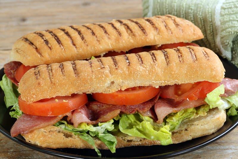 Bacongrönsallat- och tomatpanini royaltyfri foto