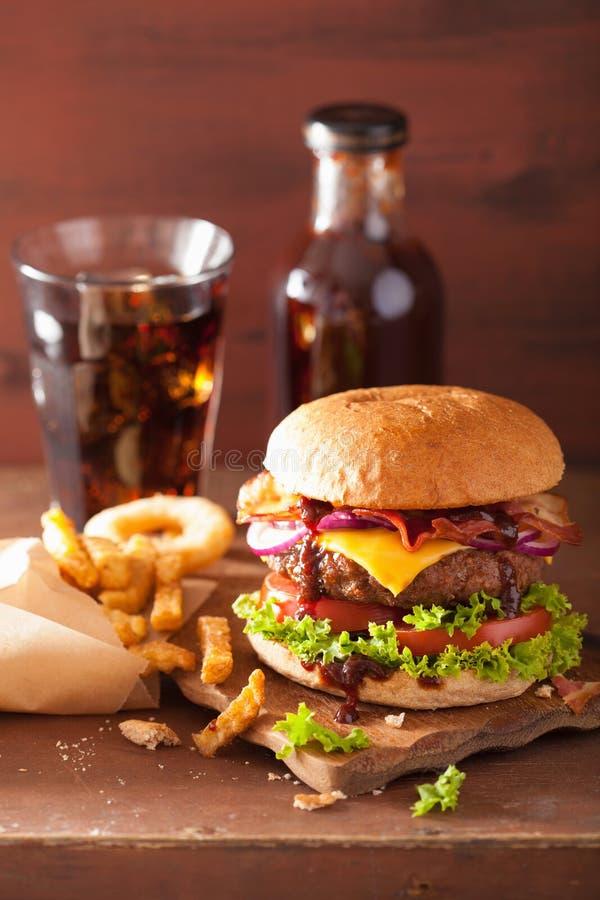 Baconosthamburgare med cola för lök för tomat för nötköttliten pastej royaltyfri fotografi