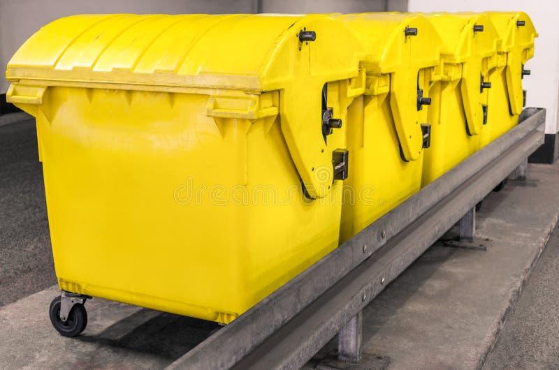 Bacs à vidange jaunes - bac de recyclage pour les déchets spéciaux images stock