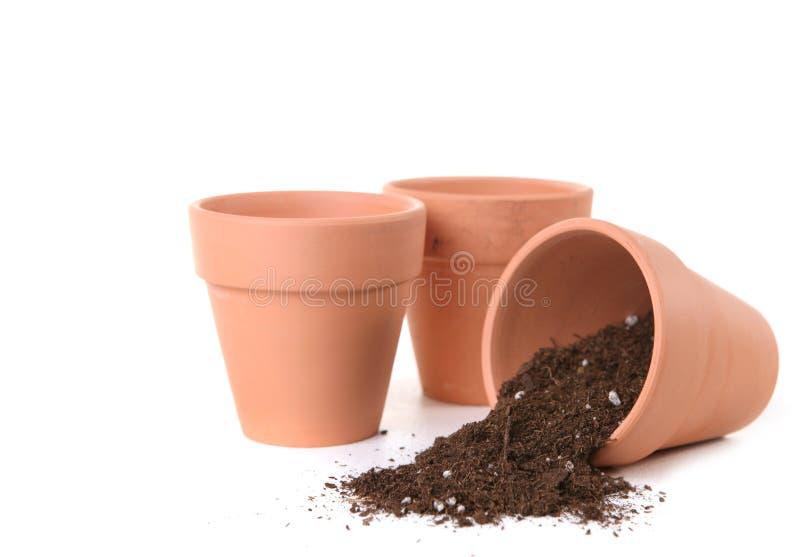 Bacs d'argile attendant pour être planté avec des graines photographie stock libre de droits