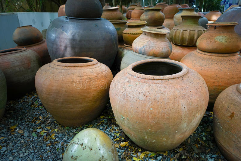 Bacs d'argile fabriqués à la main de poterie de terre vieux photo libre de droits