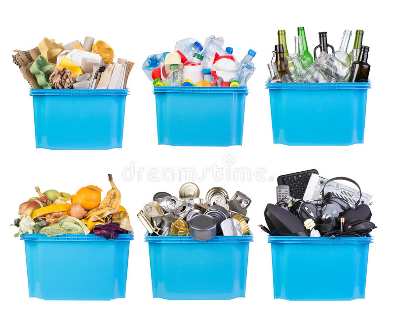 Bacs de recyclage avec les déchets de papier, de plastique, en verre, en métal, organiques et électroniques d'isolement sur le bl photos stock