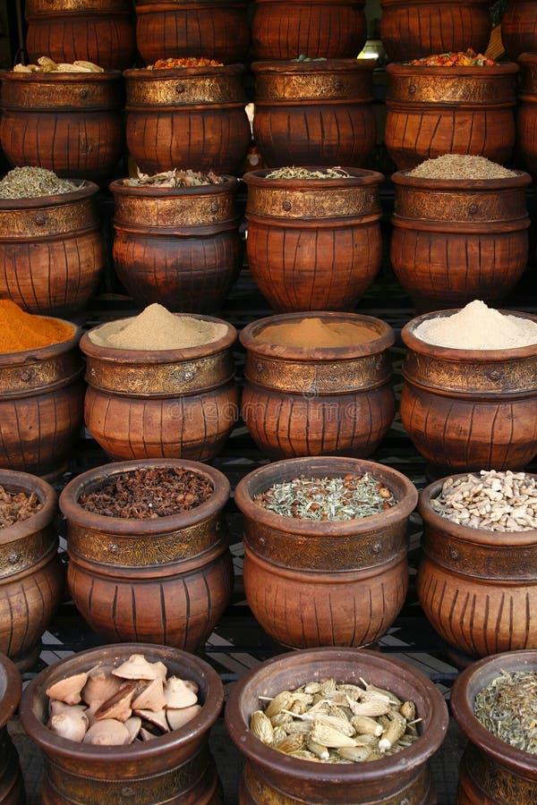Bacs fabriqués à la main découpés d'épices, Maroc photographie stock