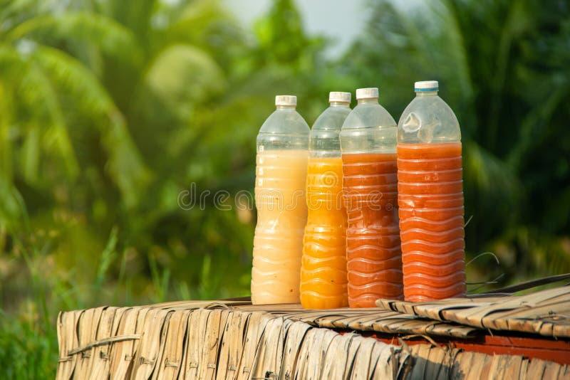Bactérias fotossintéticas PSB em umas garrafas plásticas para a agricultura orgânica fotos de stock