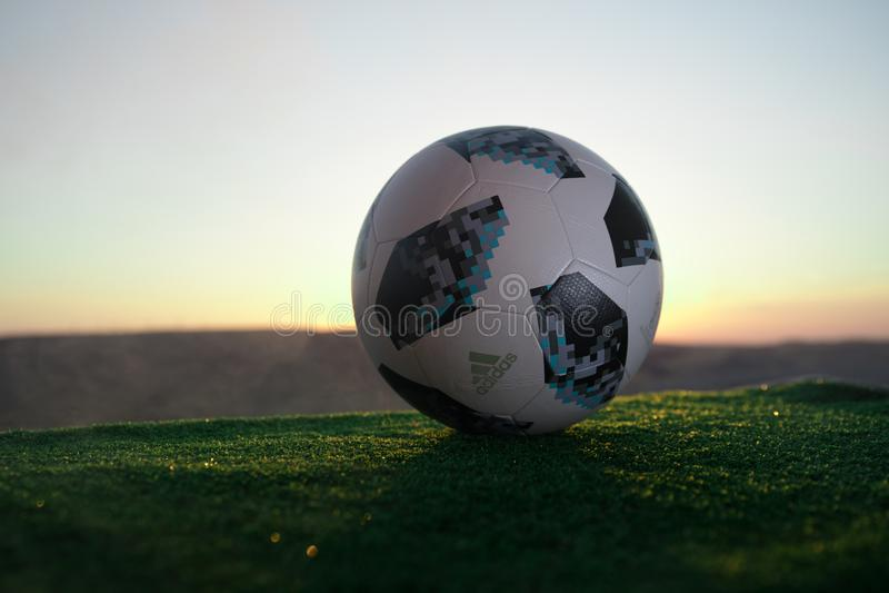 BACU, AZERBAIGIAN - 24 GIUGNO 2018: Concetto creativo Funzionario Russia palla di calcio di 2018 coppe del Mondo Adidas Telstar 1 immagine stock