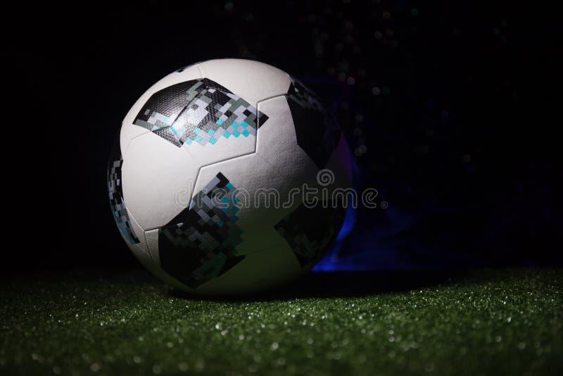 BACU, AZERBAIGIAN - 21 GIUGNO 2018: Concetto creativo Funzionario Russia palla di calcio di 2018 coppe del Mondo Adidas Telstar 1 fotografie stock libere da diritti