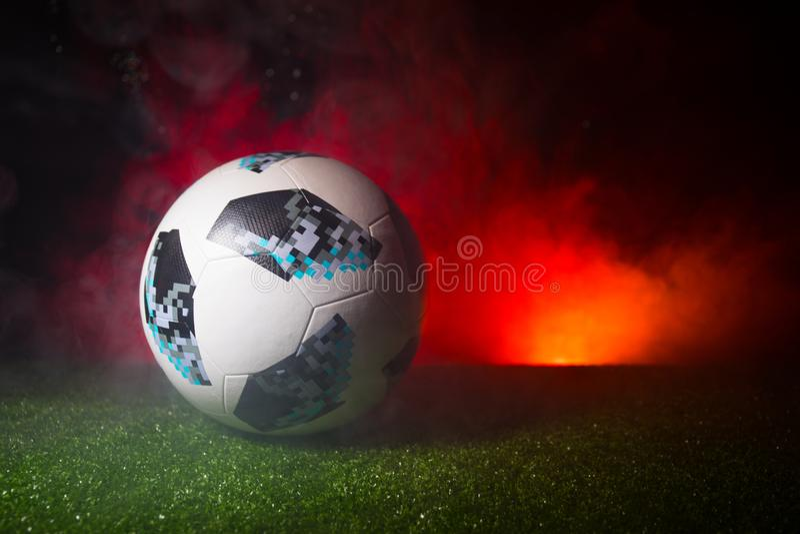 BACU, AZERBAIGIAN - 21 GIUGNO 2018: Concetto creativo Funzionario Russia palla di calcio di 2018 coppe del Mondo Adidas Telstar 1 immagine stock libera da diritti