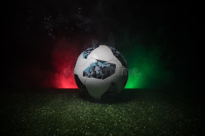 BACU, AZERBAIGIAN - 21 GIUGNO 2018: Concetto creativo Funzionario Russia palla di calcio di 2018 coppe del Mondo Adidas Telstar 1 immagini stock libere da diritti