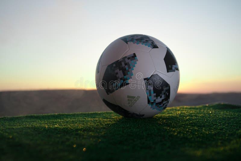 BACU, AZERBAIGIAN - 24 GIUGNO 2018: Concetto creativo Funzionario Russia palla di calcio di 2018 coppe del Mondo Adidas Telstar 1 fotografia stock libera da diritti